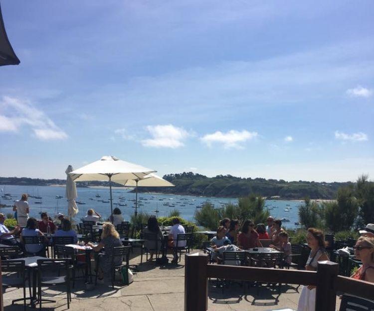 L'Amirauté Saint-Lunaire terrasse vue mer et tables