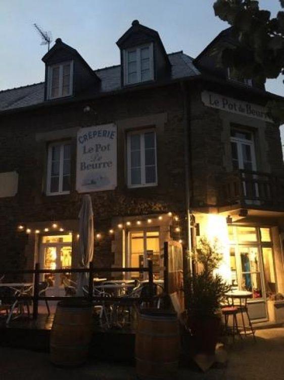 Le-Pot-de-Beurre-Saint-Lunaire-facade-nuit