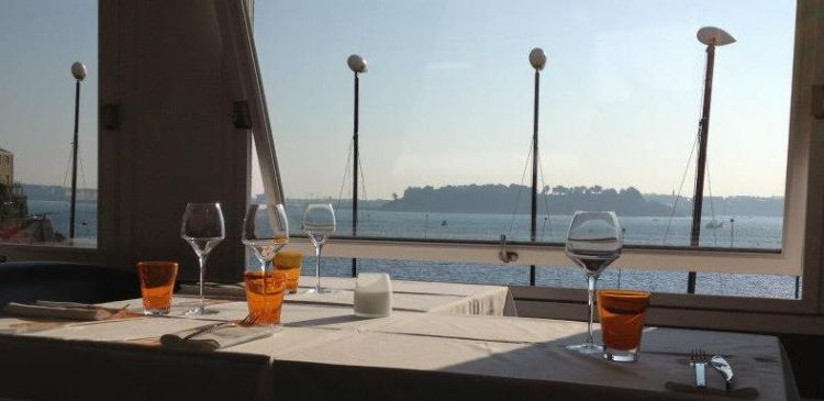 Le-Yacht-Dinard-table-dressee-vue-mer